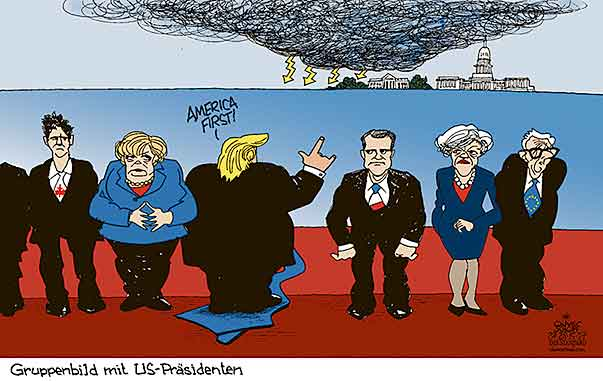 Oliver Schopf, politischer Karikaturist aus Österreich, politische Karikaturen aus Österreich, Karikatur Cartoon Illustrationen Politik Politiker international 2017  G7 GIPFEL TAORMINA GRUPPENBILD TRUMP RÜCKEN VERKEHRT AMERICA FIRST MERKEL MACRON MAY JUNCKER TRUDEAU